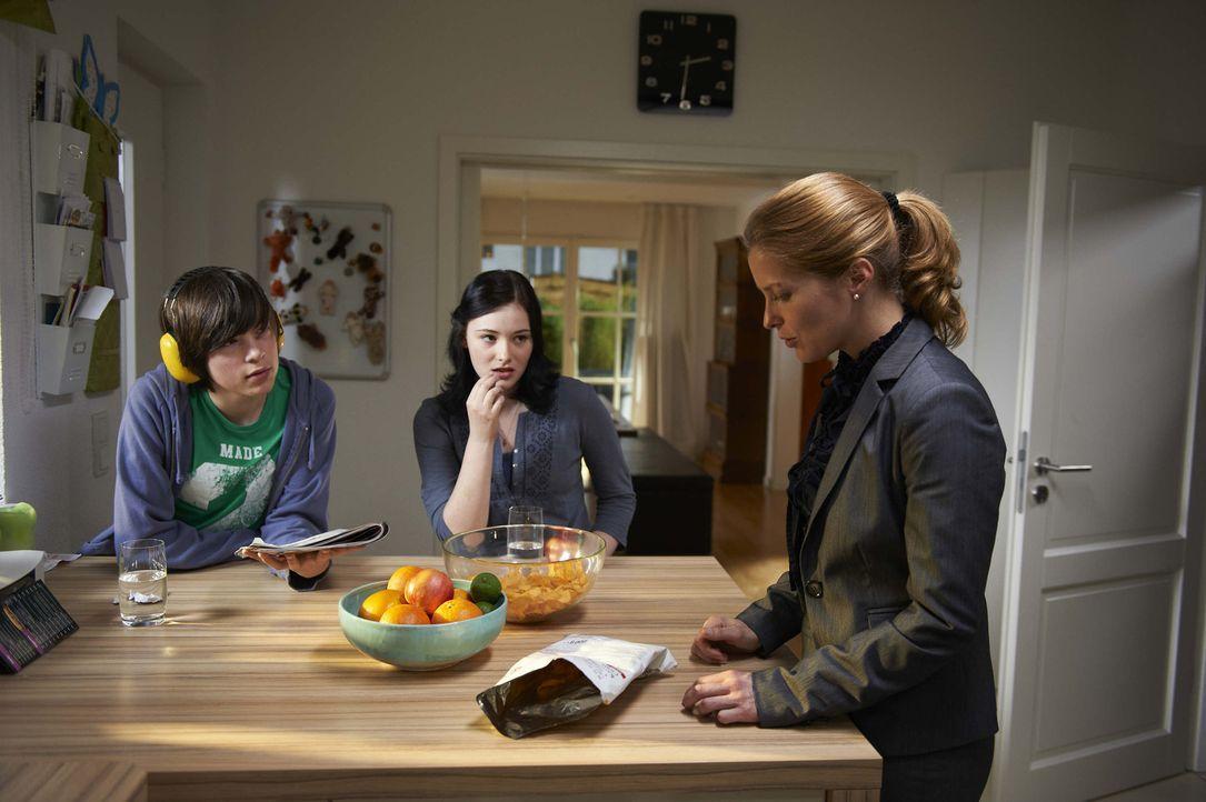 Marie (Valerie Niehaus, r.) ist Mutter und Hausfrau - bis zum tragischen Unfalltod ihres Mannes: Nun muss sie allein für zwei pubertäre Kinder (Gabo... - Bildquelle: SAT.1