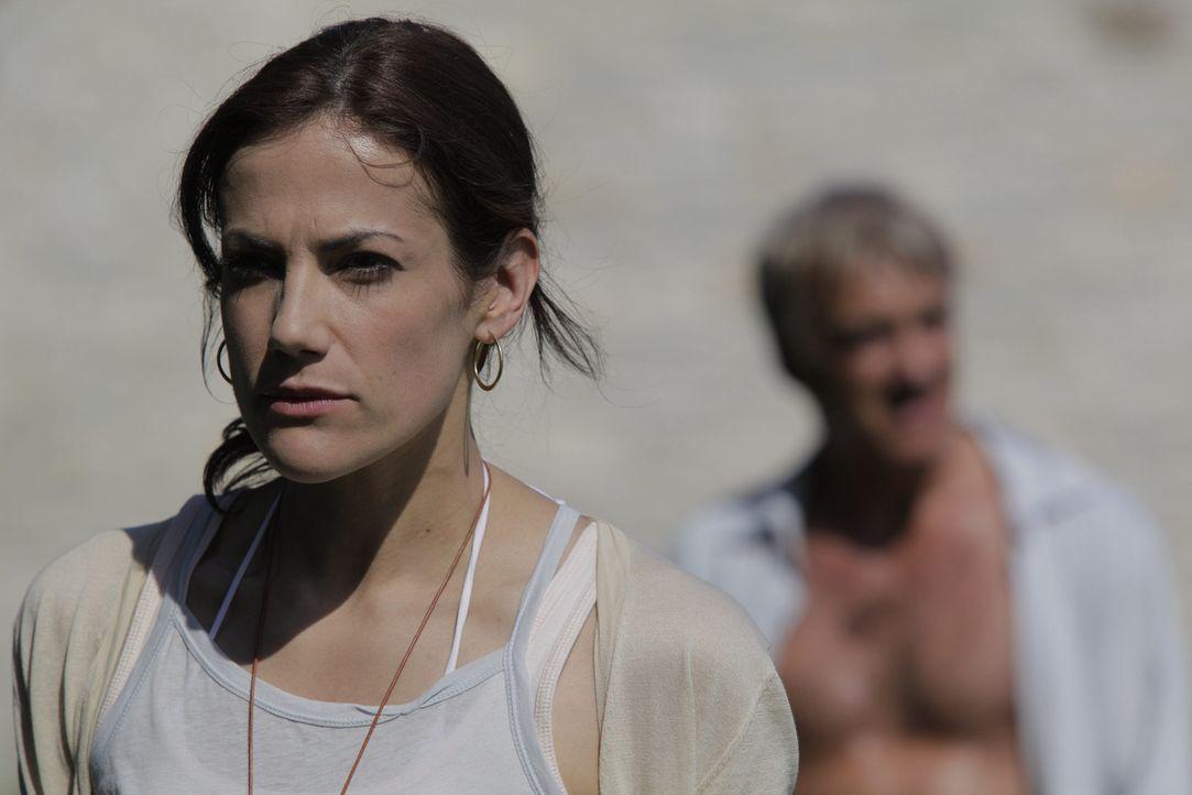 Eigentlich könnte Viktoria (Bettina Zimmermann) ein glücklicher Mensch sein, denn sie hat alles, wovon viele träumen. Doch ein Geheimnis übersch... - Bildquelle: Janez Stucin SAT.1
