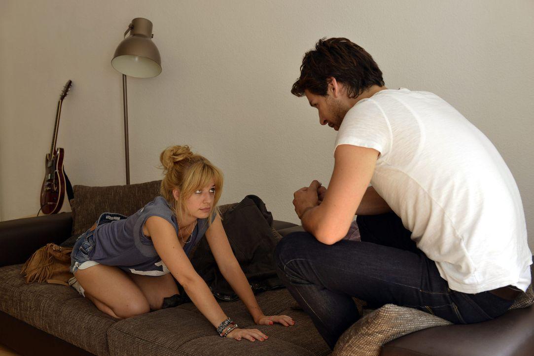 Während Luisa Sami zur Hilfe eilen muss, versucht Mila (Susan Sideropoulos, l.) versucht alles, um Nick (Florian Odendahl, r.) zurück ins Heart-Boot... - Bildquelle: Oliver Ziebe SAT.1