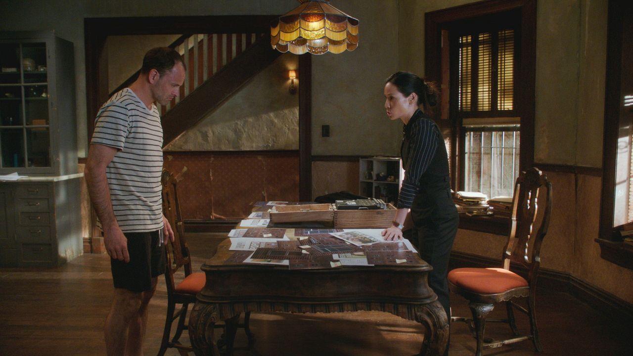 Bei den Ermittlungen bringen die Hinweise Holmes (Jonny Lee Miller) und Watson (Lucy Liu) auf die Spur einer der gefährlichen Gangs von New York ... - Bildquelle: 2017 CBS Broadcasting, Inc. All Rights Reserved.
