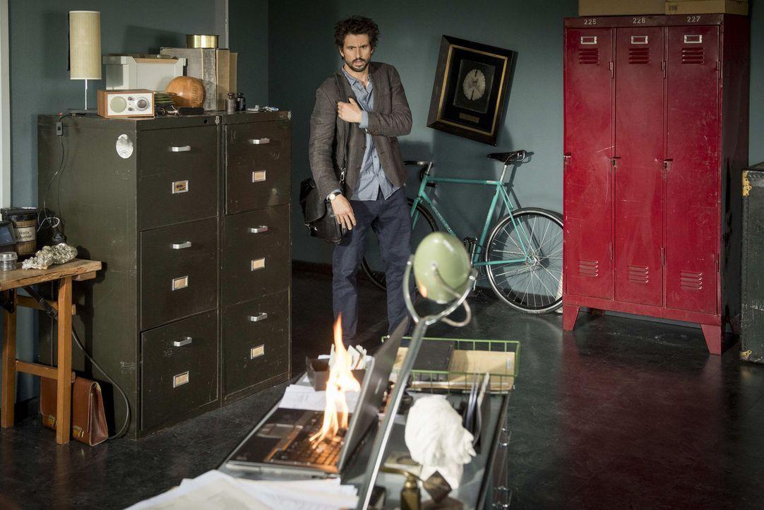 Als Felix (Tom Beck) abends nach Hause kommt, muss er erleben, wie sich sein Laptop in Schall und Rauch auflöst, nachdem Dr. Kwons Sicherheitssystem... - Bildquelle: Martin Rottenkolber SAT.1