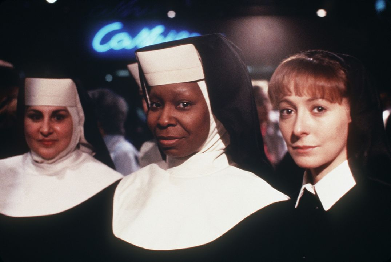 Eines Tages wird Deloris (Whoopi Goldberg, M.) unfreiwillig Zeuge eines Mordes. Um vor den Killern sicher zu sein, muss sie sich in einem Kloster ve... - Bildquelle: Buena Vista Pictures