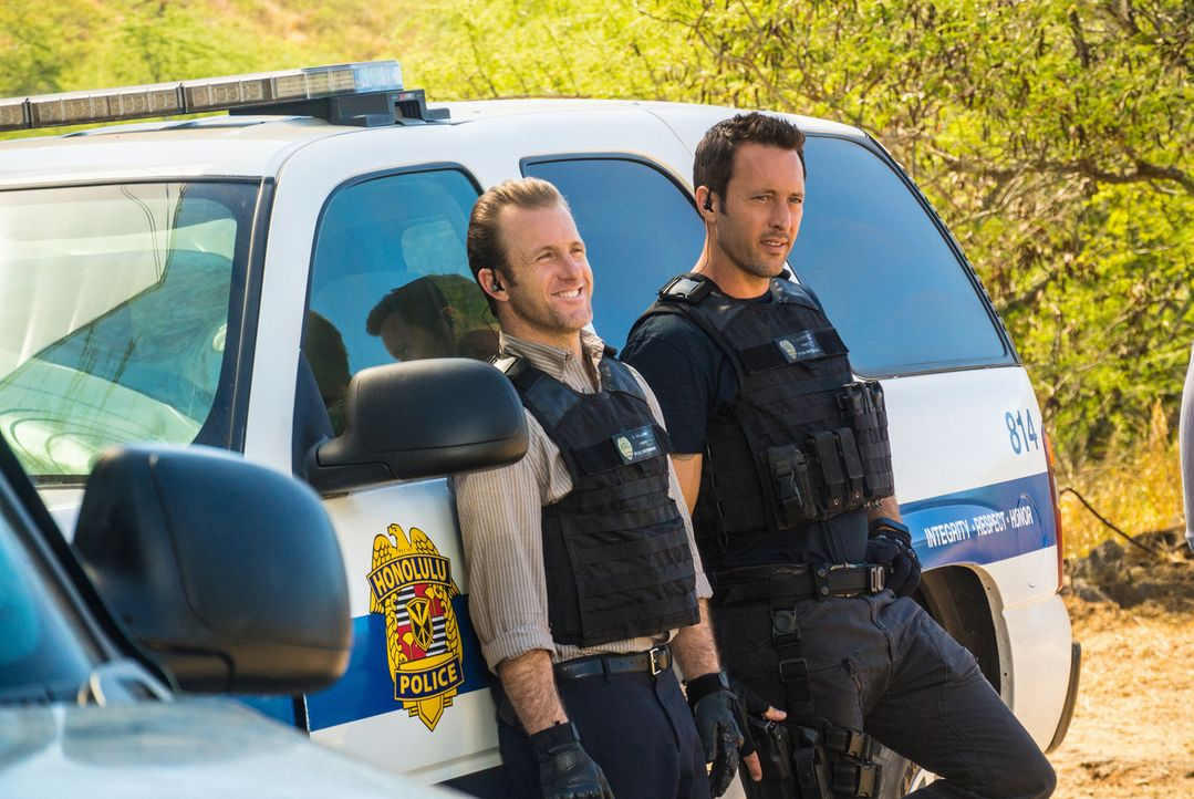 Als ein unzerstörbarer High Tech-Anzug gestohlen wird, müssen Steve (Alex O'Loughlin, r.) und Danny (Scott Caan, l.) ermitteln, um den Täter zu fass... - Bildquelle: Norman Shapiro 2016 CBS Broadcasting, Inc. All Rights Reserved