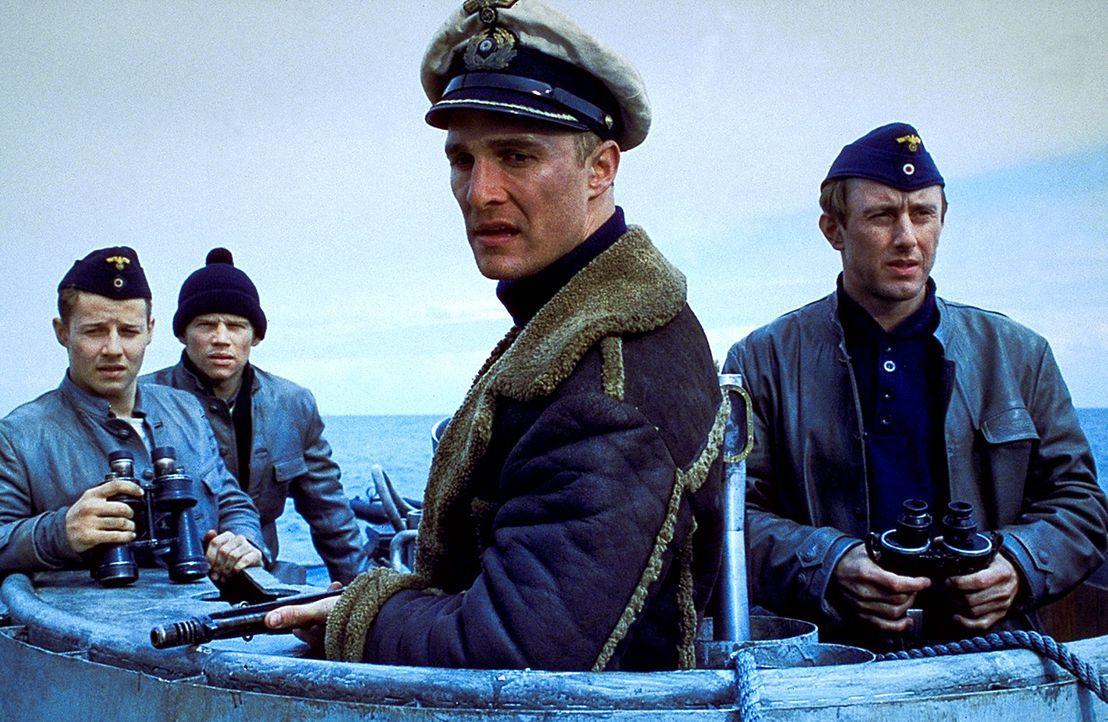 Furchtlose Seemänner unter sich: Andrew Tyler (Matthew McConaughey, vorne) und Leutnant Hirsch (Jake Weber, r.) ... - Bildquelle: 2000 Universal Pictures. All Rights Reserved