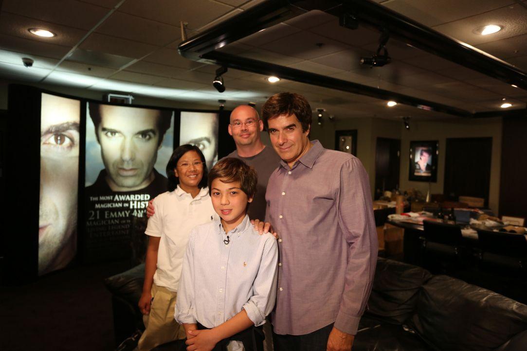 Philippe (vorne) und seine Eltern sind überglücklich, als sie auf David Copperfield (r.) treffen ... - Bildquelle: SAT.1