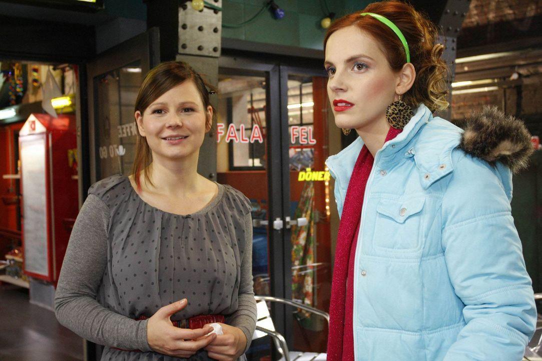 Während Manu (Marie Zielcke, r.) am liebsten ihren Job hinschmeißen würde, bekommt Eva (Anett Heilfort, l.) zufällig heraus, wer ihr Chatpartner... - Bildquelle: SAT.1