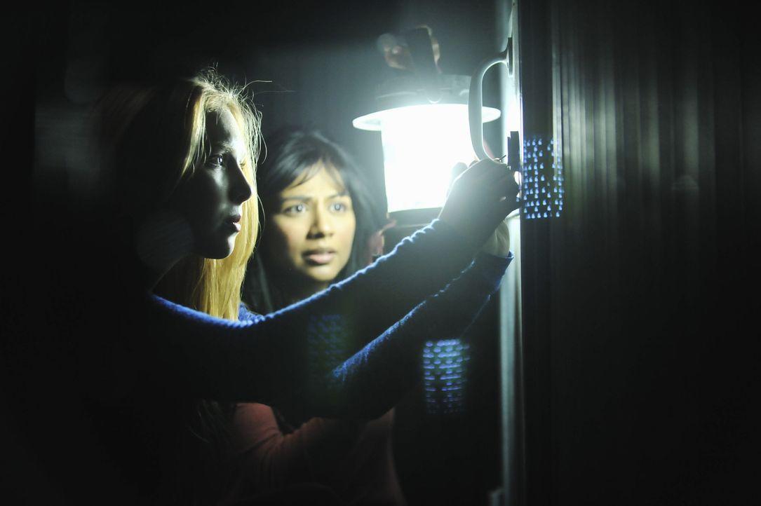 Können sich Sara El-Masri (Karen David, r.) und Alexis Castle (Molly C. Quinn, l.) aus den Fängen der Kidnapper befreien? - Bildquelle: 2013 American Broadcasting Companies, Inc. All rights reserved.