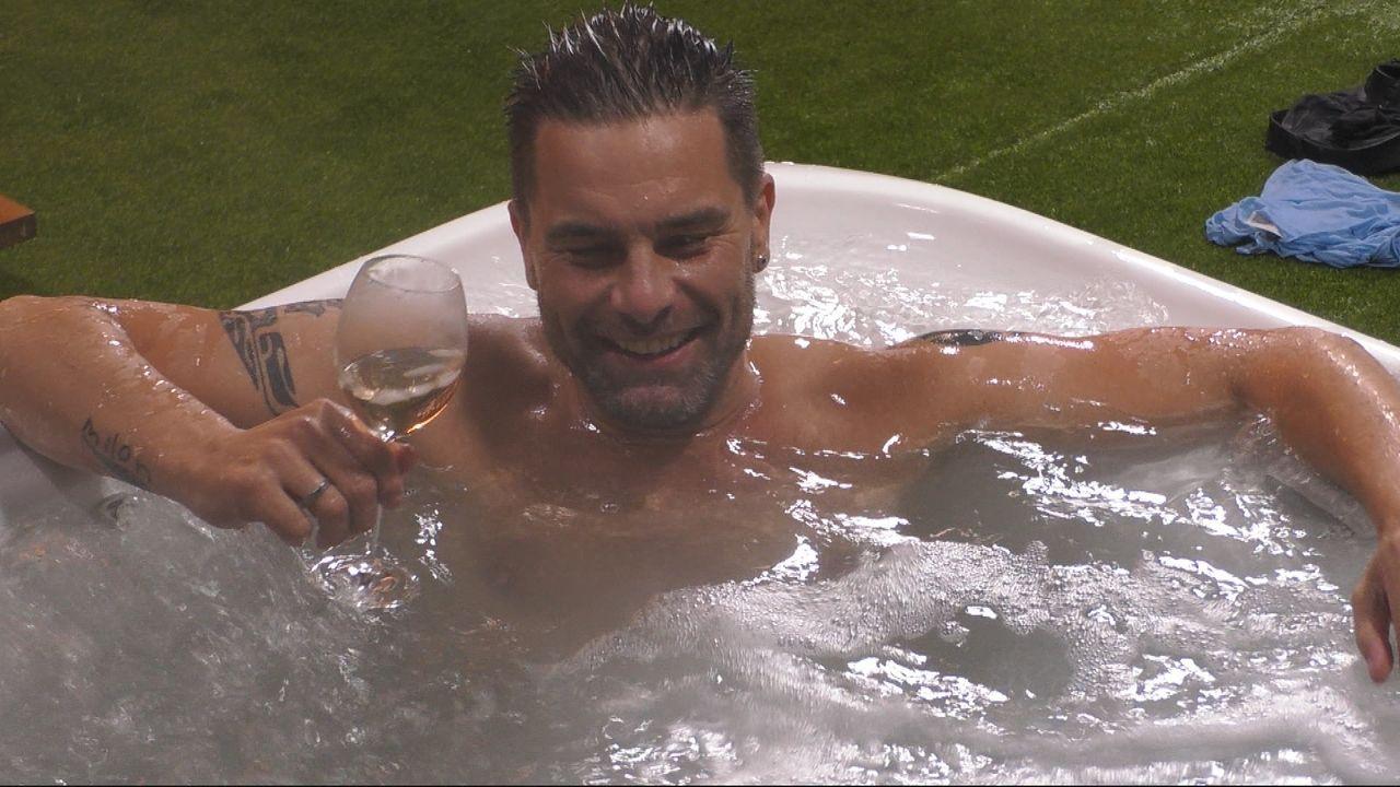 Endlich wieder im Luxus: Eloy de Jong nimmt ein Bad im Whirlpool. - Bildquelle: SAT.1