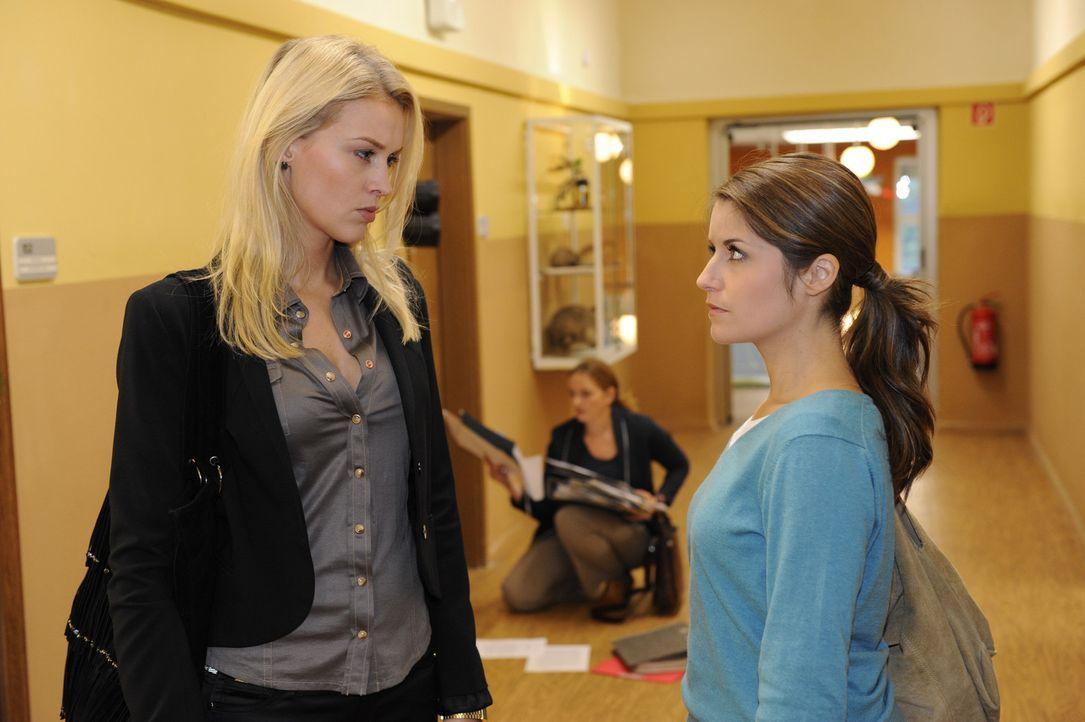 Bea (Vanessa Jung, r.) hadert weiterhin mit sich. Soll sie zurück an die Schule kommen und Gabriele (Marie Schneider, M.) im Kampf gegen Julian und... - Bildquelle: SAT.1