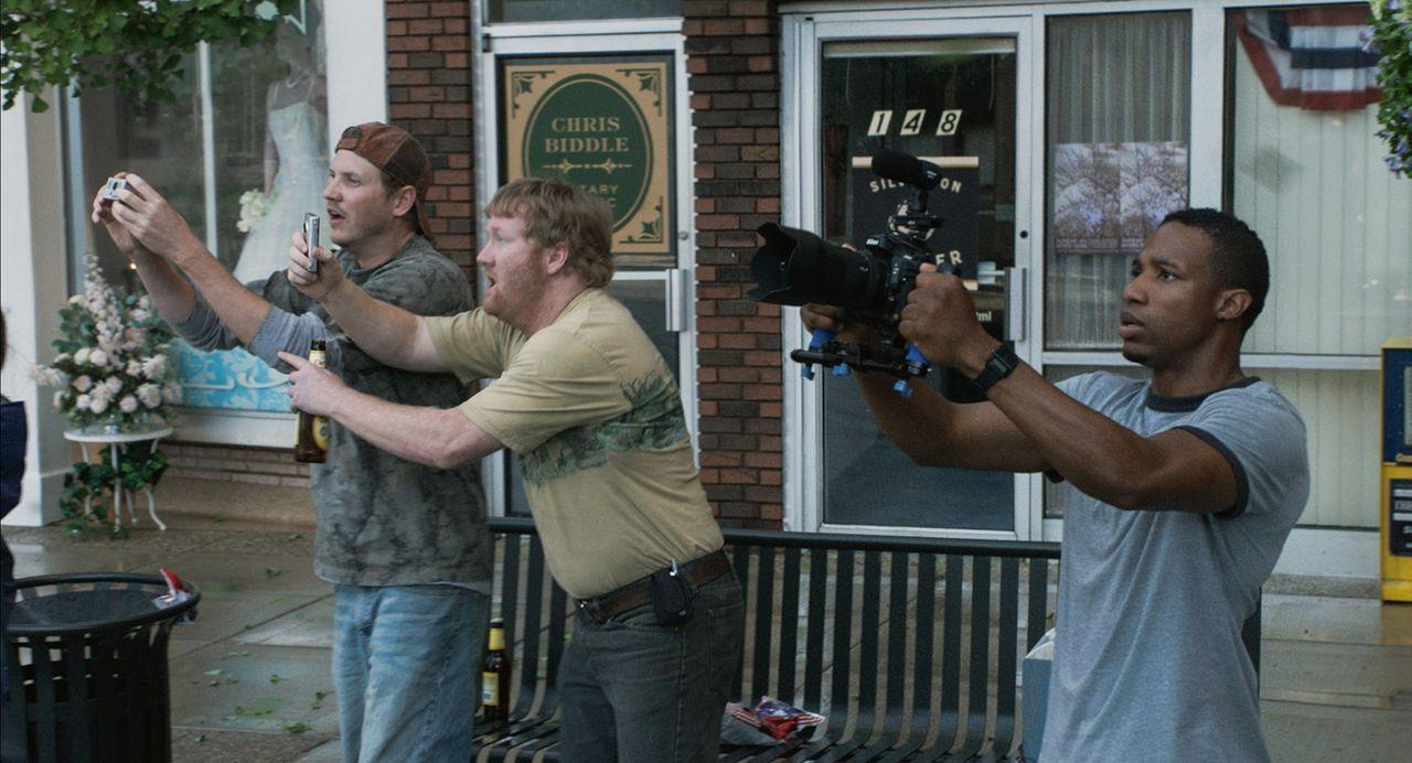 Lebensmüde? Donk (Kyle Davis, l.), Reevis (Jon Reep, M.) und Daryl (Arlen Escarpeta, r.) wollen das Naturspektakel um jeden Preis mit ihren Kameras... - Bildquelle: 2014 © Warner Bros.