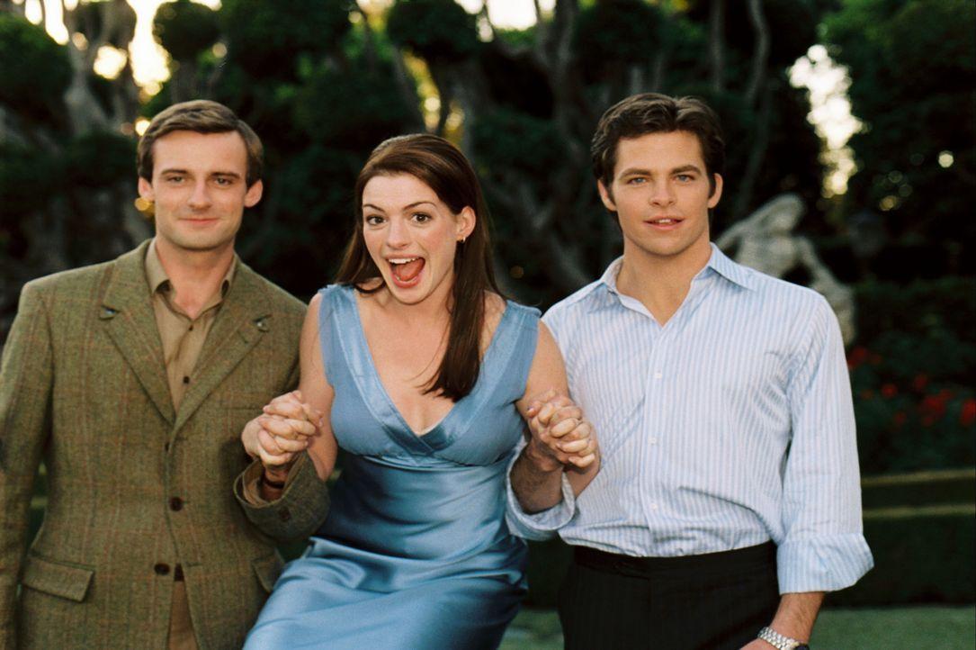 Zwischen zwei Männern: Obwohl Prinzessin Mia (Anne Hathaway, M.) inzwischen mit Andrew Jacoby (Callam Blue, l.) verlobt ist, verliebt sie sich in N... - Bildquelle: Disney Enterprises, Inc. All rights reserved