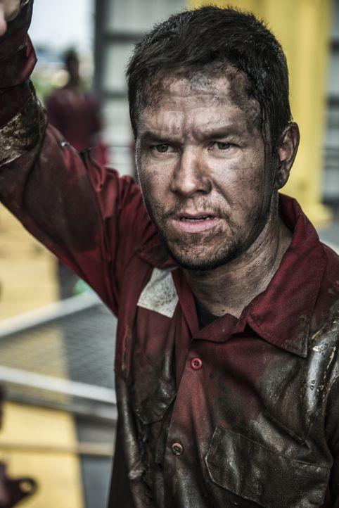 Der Chefelektriker der Deepwater Horizon Ölplattform, Mike Williams (Mark Wahlberg), findet sich schon bald in einem Kampf um Leben und Tod wieder .... - Bildquelle: Enrique Chediak Studiocanal / Enrique Chediak