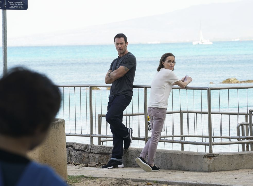 Steve McGarrett (Alex O'Loughlin, l.); Mary McGarrett (Taryn Manning, r.) - Bildquelle: Karen Neal 2019 CBS Broadcasting, Inc. All Rights Reserved / Karen Neal