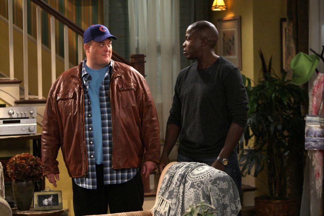 Da Carl (Reno Wilson, r.) eifersüchtig ist und Mike (Billy Gardell, l.) vor wirft, unter Mollys Pantoffel zu stehen, plant Mike ein Doppeldate mit... - Bildquelle: Warner Brothers