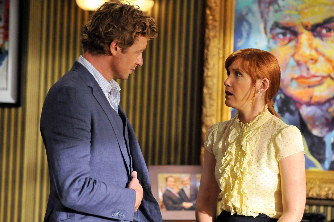 Mit einem Trick konnte Teresa Patrick Jane (Simon Baker, l.) dazu bringen, ihr in einem neuen Fall behilflich zu sein. bei den Ermittlungen stößt... - Bildquelle: Warner Bros. Television