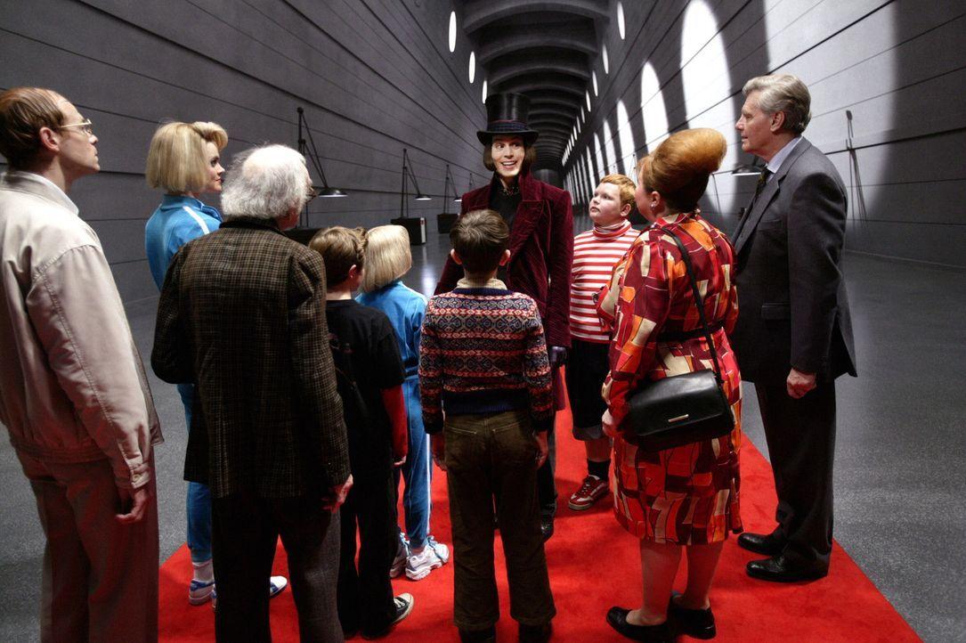 Der legendäre Schokoladenfabrikant Willy Wonka (Johnny Depp, h.M.) hat ein Gewinnspiel gestartet. Da gibt es kein Halten mehr und rund um den Globus... - Bildquelle: Warner Bros. Pictures