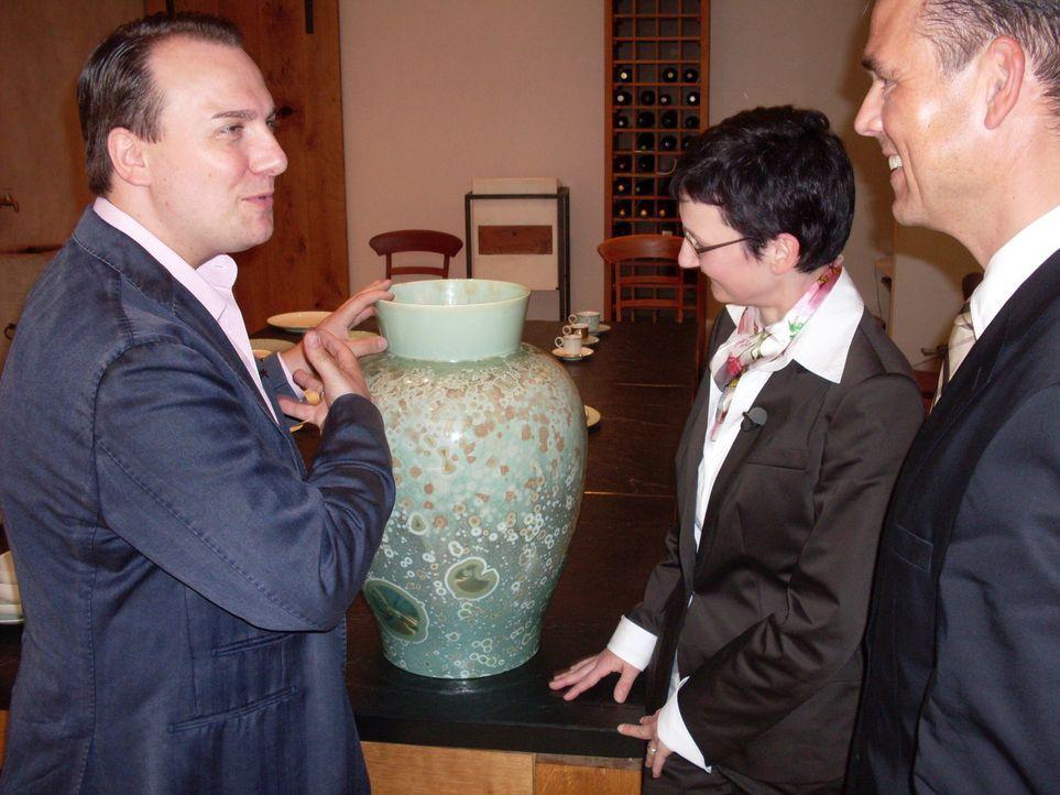Tim Raue (l.) ist auf der Suche nach edlen Accessoires für sein neues Restaurant und dazu besucht er eine Porzellanmanufraktur ... - Bildquelle: SAT.1