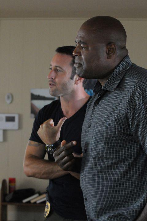 Müssen zusammen arbeiten, um einen Computer-Hacker zu stoppen: Steve (Alex O'Loughlin, l.) und Lou Grover (Chi McBride, r.) ... - Bildquelle: 2013 CBS BROADCASTING INC. All Rights Reserved.