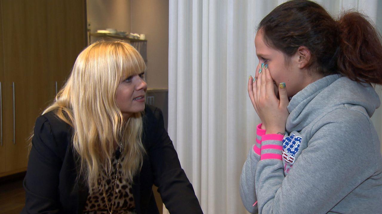 Denise (r.) braucht Hilfe von Julia Leischick (l.), da sie sich wieder mit ihren Vater versöhnen möchte. Doch wird er ihr verzeihen? - Bildquelle: SAT.1