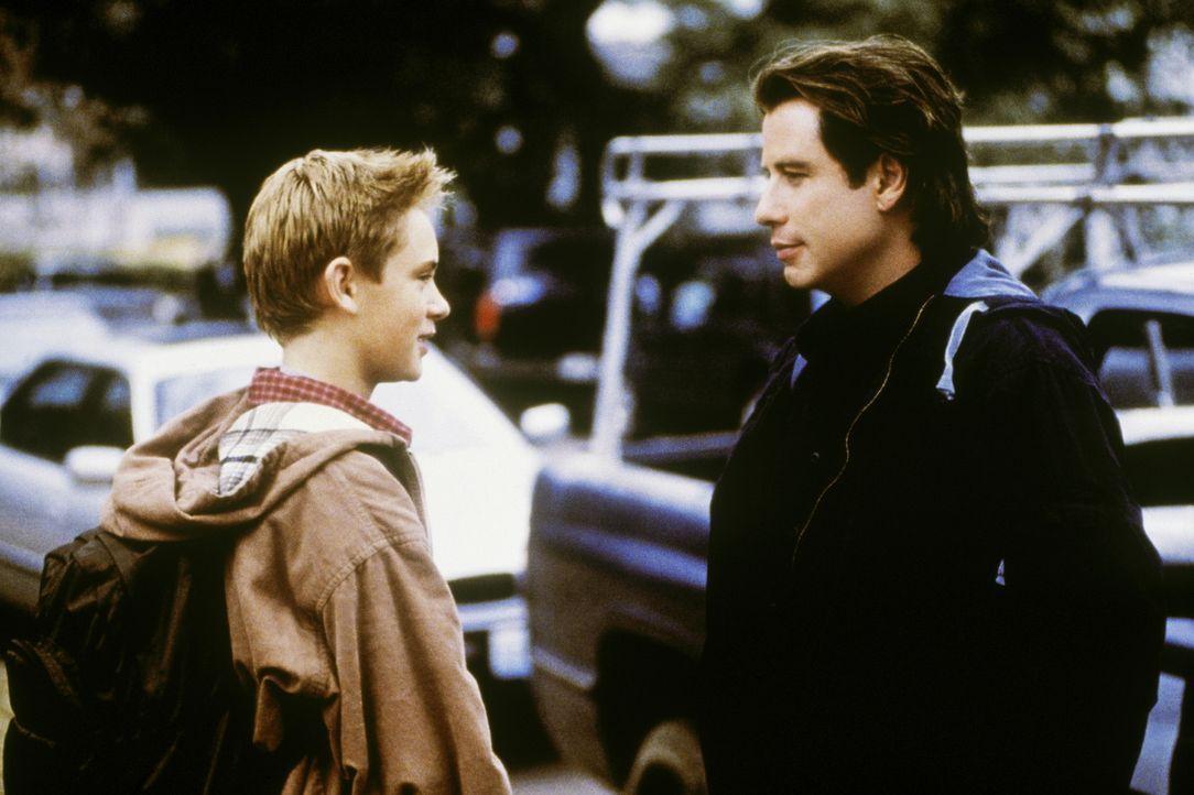 Frank (John Travolta, r.) muss sich nach der Trennung von seiner Frau einem furchtbaren Verdacht stellen: Sein Sohn Danny (Matthew O'Leary, l.) erzä... - Bildquelle: Paramount Pictures