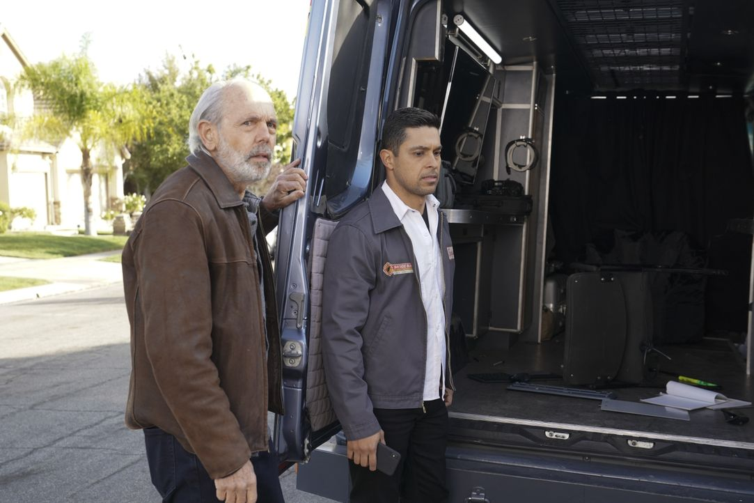 T.C. Fornell (Joe Spano, l.); Nick Torres (Wilmer Valderrama, r.) - Bildquelle: Michael Yarish 2019 CBS Broadcasting, Inc. All Rights Reserved. / Michael Yarish