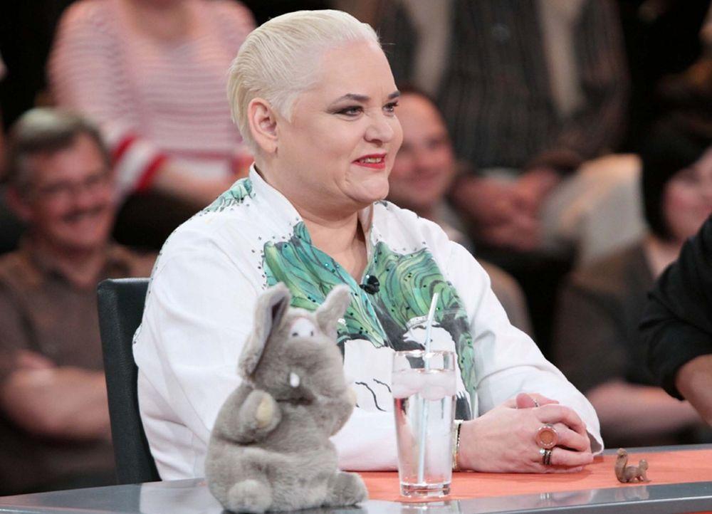 """Hella von Sinnen rät mit in """"Genial daneben - Die Comedy Arena"""" - Bildquelle: Sat.1"""
