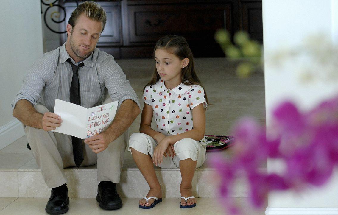 Da er sich während den Ermittlungen im Haus seiner Ex-Frau aufhält, genießt Danny (Scott Caan, l.) die Zeit, die er mit seiner Tochter Grace (Tei... - Bildquelle: TM &   2010 CBS Studios Inc. All Rights Reserved.