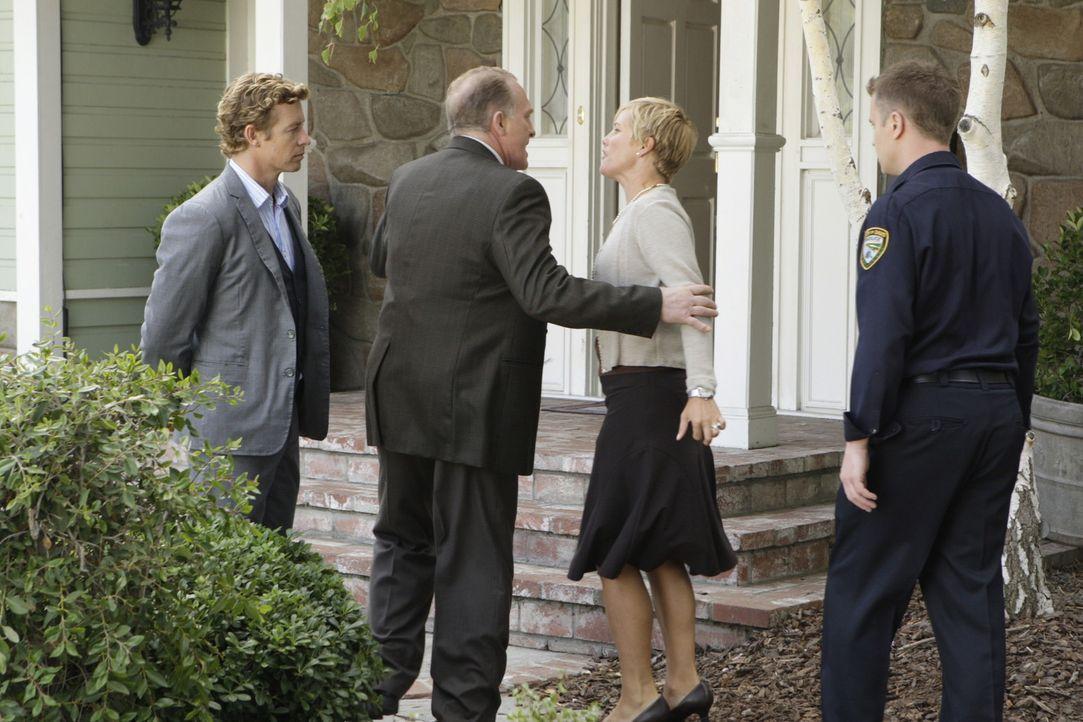 Eine Leiche wurde in einem Motelzimmer gefunden. Patrick Jane (Simon Baker, l.) untersucht den Fall und befragt dazu Dale (Mark Rolston, 2.v.l.), Ka... - Bildquelle: Warner Bros. Television