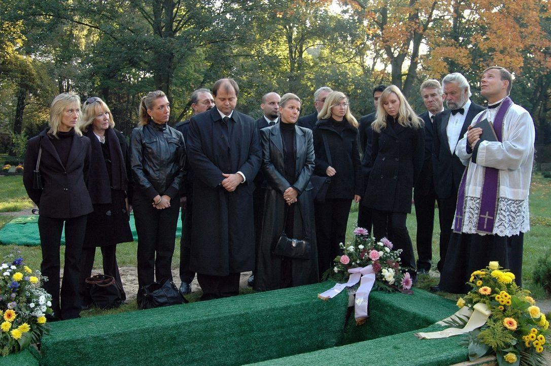 Dirk (Markus Majowski, 4.v.l.) hat bei der Beerdigung seines Vaters auch den Sarg eingespart. - Bildquelle: Sat.1