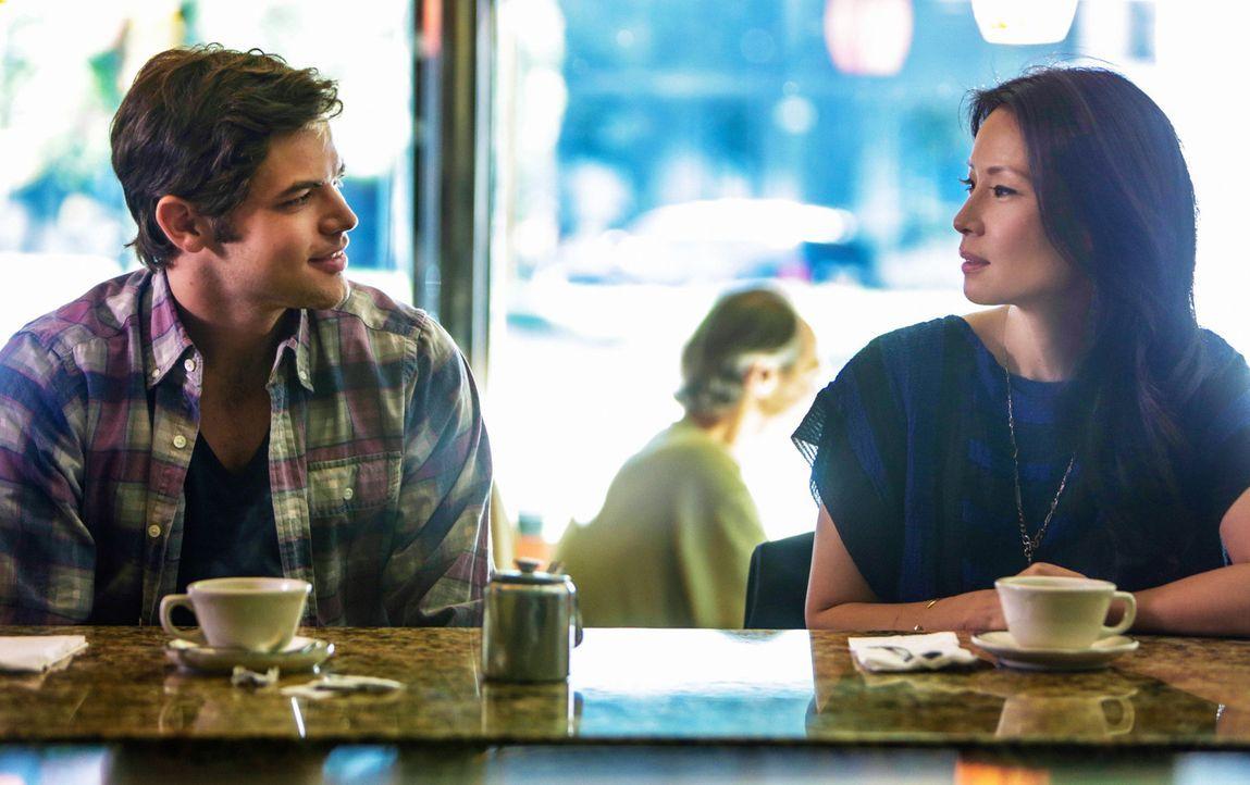 Joan Watson (Lucy Liu, r.) gerät in einen Gewissenskonflikt, als Joey Castoro (Jeremy Jordan, l.), der Sohn eines ehemaligen Patienten sie um einen... - Bildquelle: CBS Television