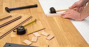 Beim Laminatverlegen sind die richtigen Werkzeuge gefragt. Ein Maßband, Hamme...
