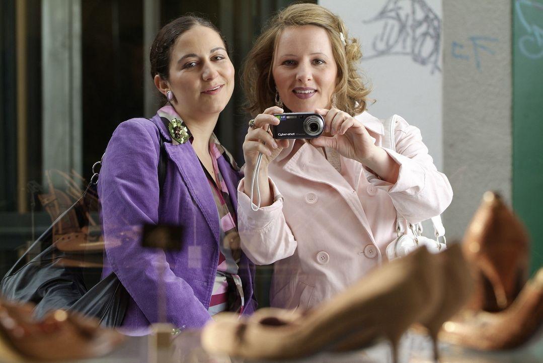 Sind die beiden nicht ein schönes Paar? Der eine kann einfach nicht ohne den anderen. Schnell ein Foto! (Shirin Soraya, l. und Nina Vorbrodt, r.) - Bildquelle: Sat.1