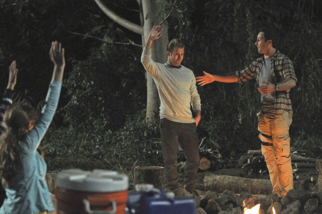 Bei einem Campingausflug der Aloha Girls geraten Steve (Alex O'Loughlin, r.) und Danny (Scott Caan, l.) in eine äußerst gefährliche Situation ... - Bildquelle: 2012 CBS Broadcasting, Inc. All Rights Reserved.
