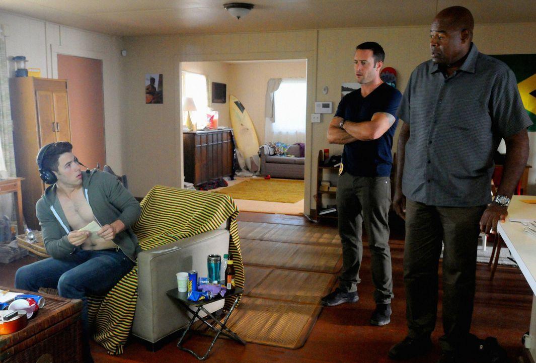 Steve (Alex O'Loughlin, M.) und Lou Grover (Chi McBride, r.) sind dazu gezwungen zusammenarbeiten, um die Staatssicherheit ihres Landes zu schützen... - Bildquelle: 2013 CBS BROADCASTING INC. All Rights Reserved.