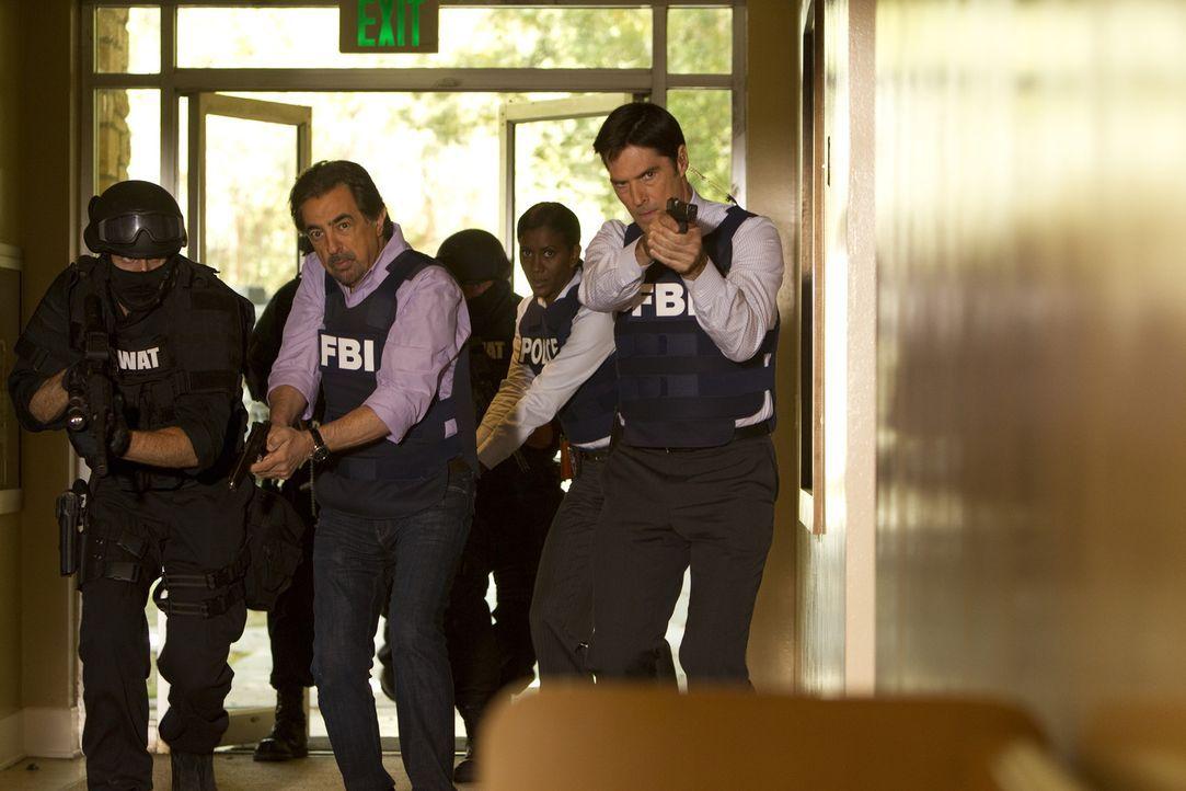 Nachdem das Team den Falschen festgenommen hat, geht die Suche nach dem brutalen Killer weiter: Rossi (Joe Mantegna, l.) und Hotch (Thomas Gibson, r... - Bildquelle: ABC Studios