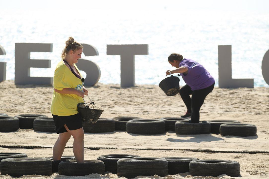 Auf die Sieger der neuen Challenge wartet ein toller Preis, deshalb kämpfen Anastasia (l.) und Alexandra (r.) bis zum Umfallen ... - Bildquelle: Enrique Cano SAT.1