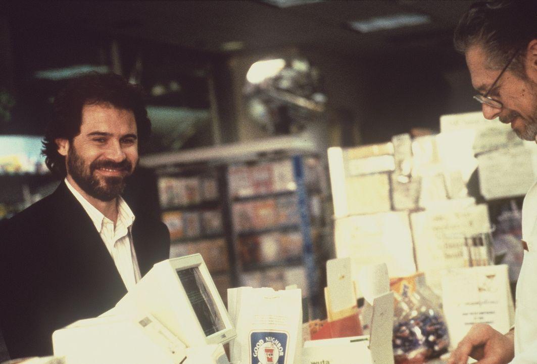 Dr. Alan Champion (Dennis Miller, l.) ahnt nicht, was auf ihn zukommt ... - Bildquelle: Columbia Pictures Corporation