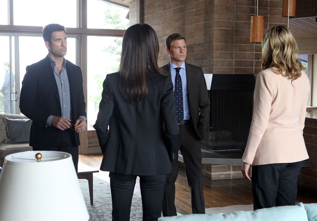 Ein neuer Fall beschäftigt Jack (Dylan McDermott, l.), Trent (Warren Kole, 2.v.r.), Vicky (Mira Sorvino, r.) und Beth (Maggie Q, 2.v.l.). Doch noch... - Bildquelle: Warner Bros. Entertainment, Inc.