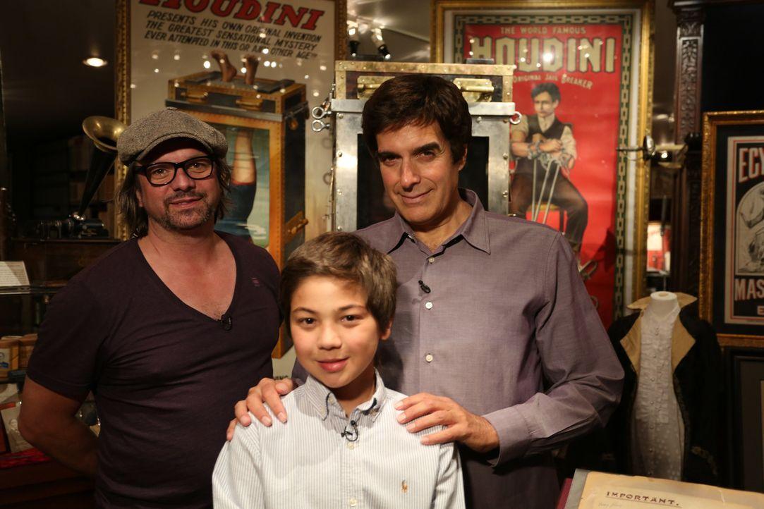 Mit Henning Wehland (l.) erfüllt David Copperfield (r.) Philippe (M.) einen ganz besonderen Wunsch ... - Bildquelle: SAT.1