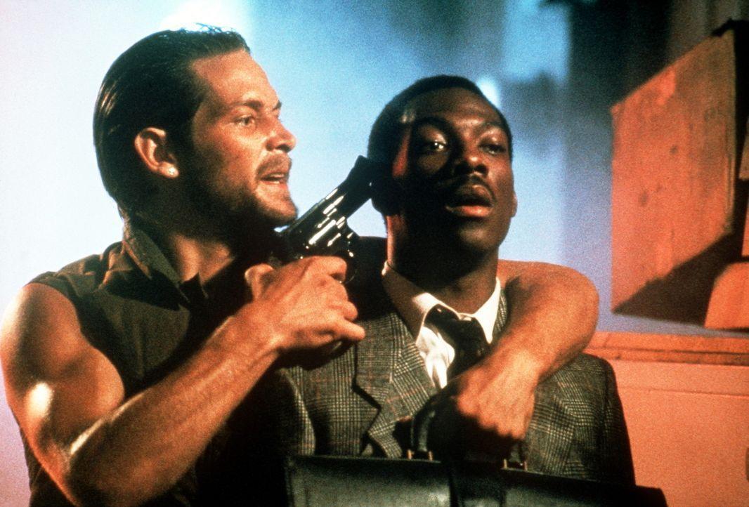 Der miese Gangster Ganz (James Remar, l.) nimmt das Plappermaul Reggie (Eddie Murphy, r.) als Geisel, dabei gehörte Reggie früher einmal zu Ganz'... - Bildquelle: Paramount Pictures