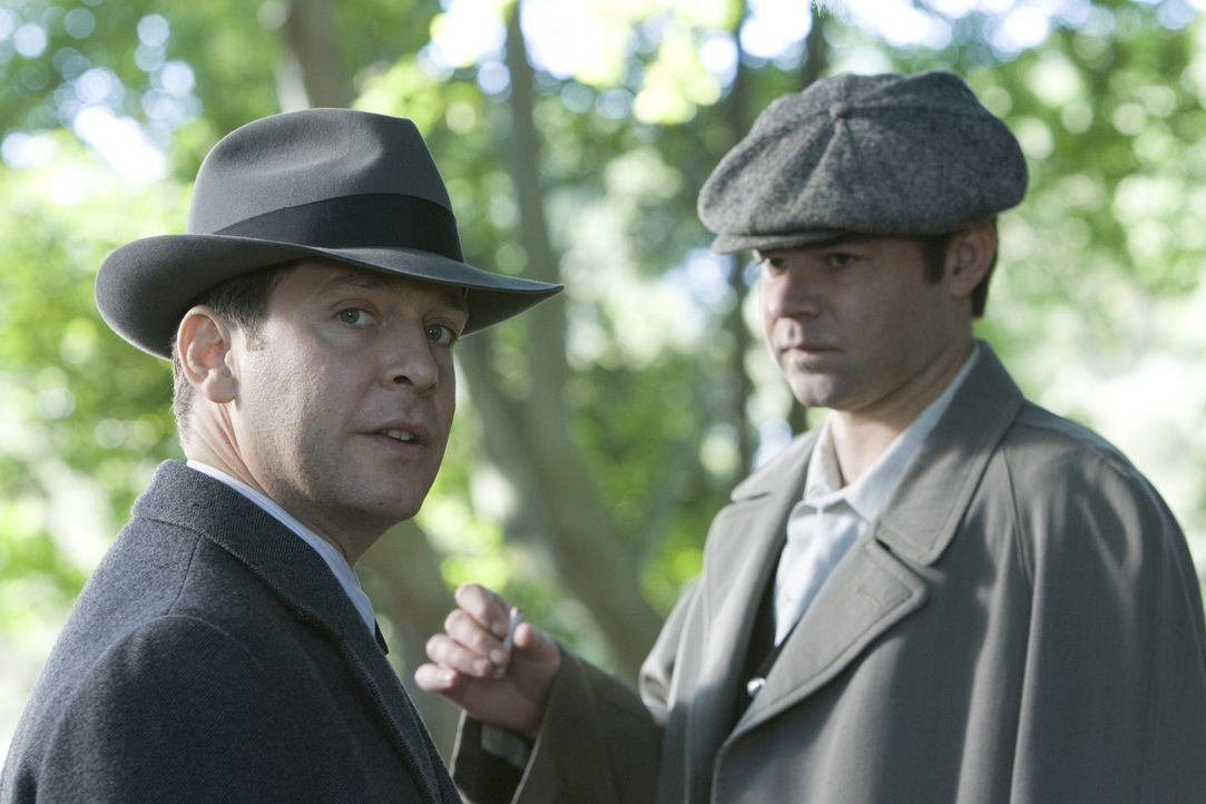 Haben gemeinsame Interessen: CIA-Agent Adrian Philby (Tom Hollander, l.) und KGB-Agent Yaevgeny Tsipin (Rory Cochrane, r.) ...
