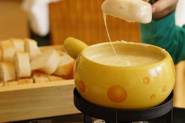 Aufwärmen mit einem warmen FondueOb im Restaurant oder in gemütlicher Atmosp...
