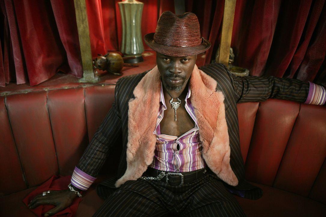 Als Angela von einer unsichtbaren Kraft entführt wird, macht sich Constantine gemeinsam mit Midnite (Djimon Hounsou) auf die Suche ... - Bildquelle: Warner Brothers
