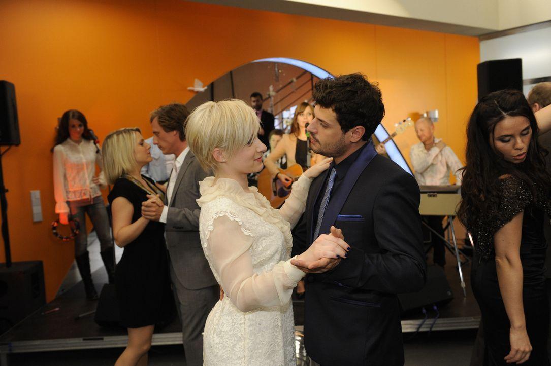Luca (Manuel Cortez, r.) und Olivia (Kasia Borek, l.) verkünden der wartenden Hochzeitsgesellschaft, dass sie sich entschlossen haben, nicht zu hei... - Bildquelle: SAT.1