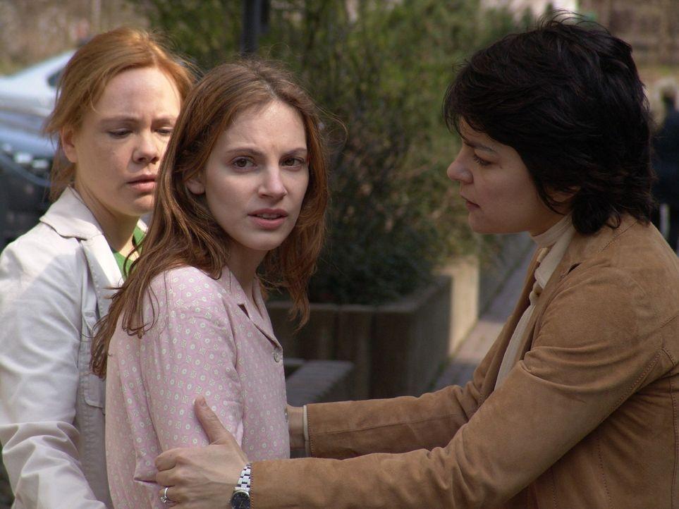Günes (Jasmin Tabatabai, r.) und Eva (Dagmar Leesch, l.) versuchen Andrea (Marie Zielcke, M.) zu beruhigen. Dass ihr Freund Elias ohne ein Wort gega... - Bildquelle: Sat.1