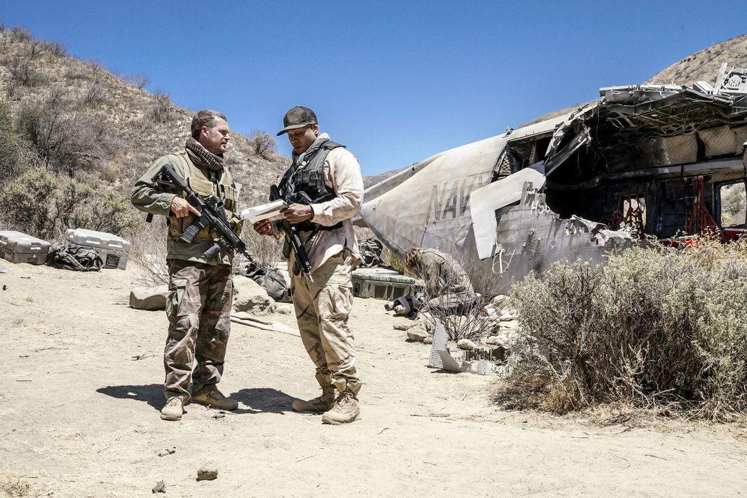 Das Team um Callen (Chris O'Donnell, l.) und Sam (LL Cool J, r.) reist nach Syrien, um dort Asakeem zu kidnappen. Doch leider verläuft ihre Aktion e... - Bildquelle: Michael Desmond 2016 CBS Broadcasting, Inc. All Rights Reserved.