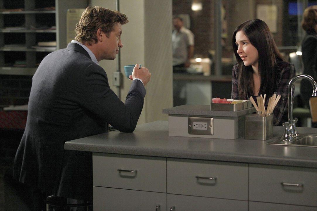 Mit Hilfe von Liesl Braddock (Haley Ramm, r.), der Tochter des Ermordeten, möchte Patrick (Simon Baker, l.) einen neuen Fall lösen ... - Bildquelle: Warner Bros. Television