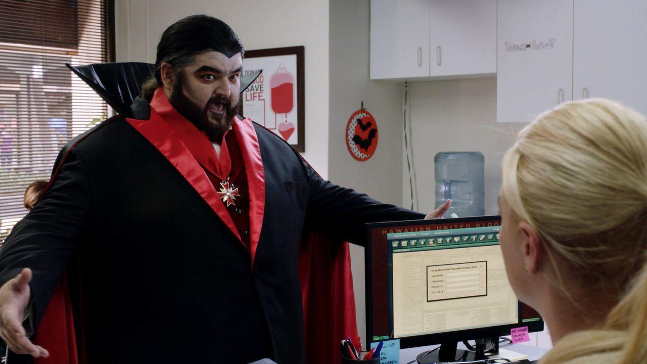 Gerät beim Blutspenden in Gefahr und benötigt deswegen dringend die Hilfe von Danny, Steve und dem Team: Jerry (Jorge Garcia) ... - Bildquelle: 2015 CBS Broadcasting, Inc. All Rights Reserved