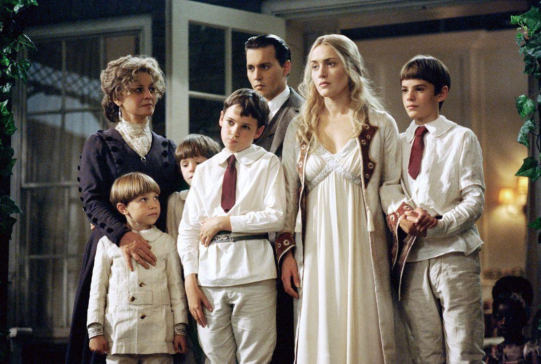 Mitten in einer Schaffenskrise lernt der Autor James M. Barrie (Johnny Depp, 3.v.r.) die Witwe Sylvia Llewelyn Davies (Kate Winslet, 2.v.r.) und ihr... - Bildquelle: Miramax Films. All rights reserved