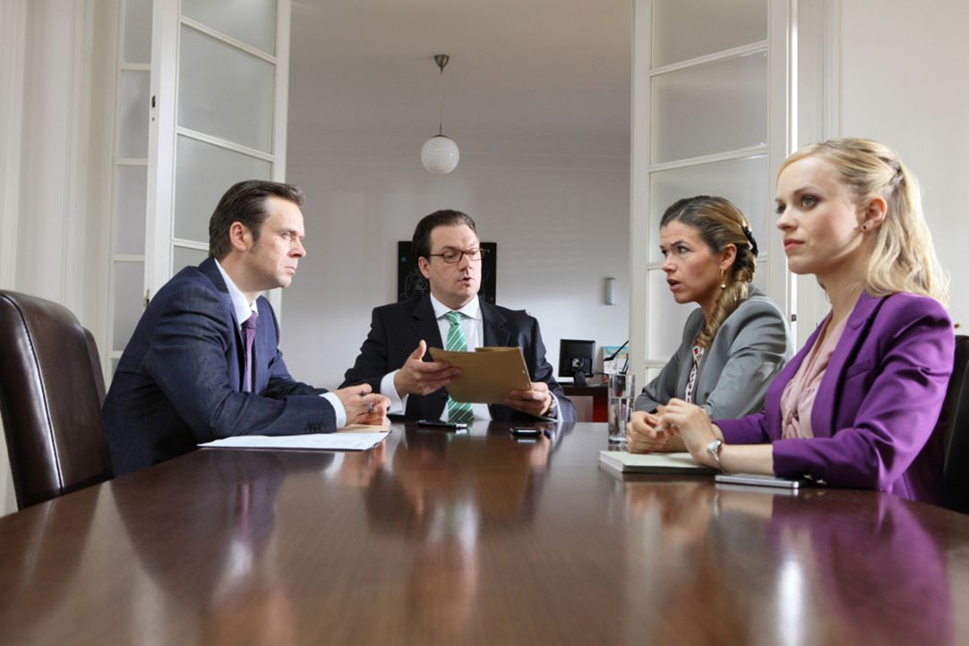 Frau Steffan (Anke Engelke, r.) präsentiert den Kollegen Frau Lenz  (Friederike Kempter, 2.v.r.) und Herrn Kopp (Charly Hübner, 2.v.l.) die Firmen... - Bildquelle: Guido Engels SAT.1